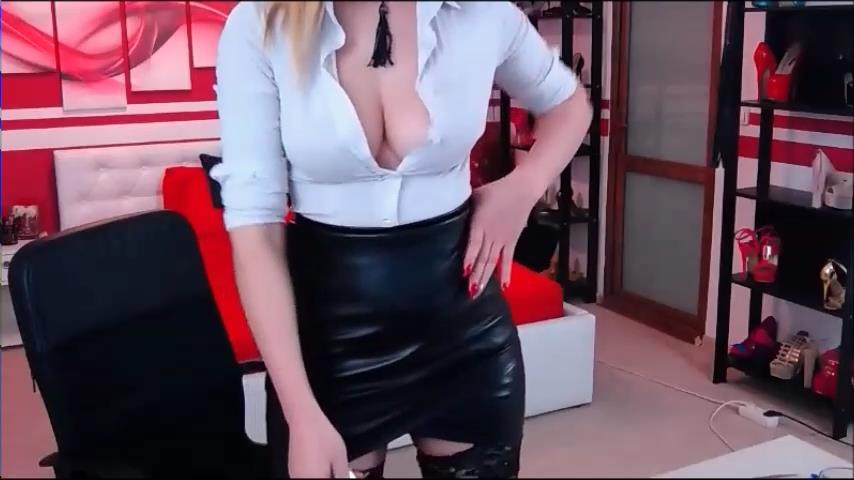 AryannaRich flashes big boobs on cam